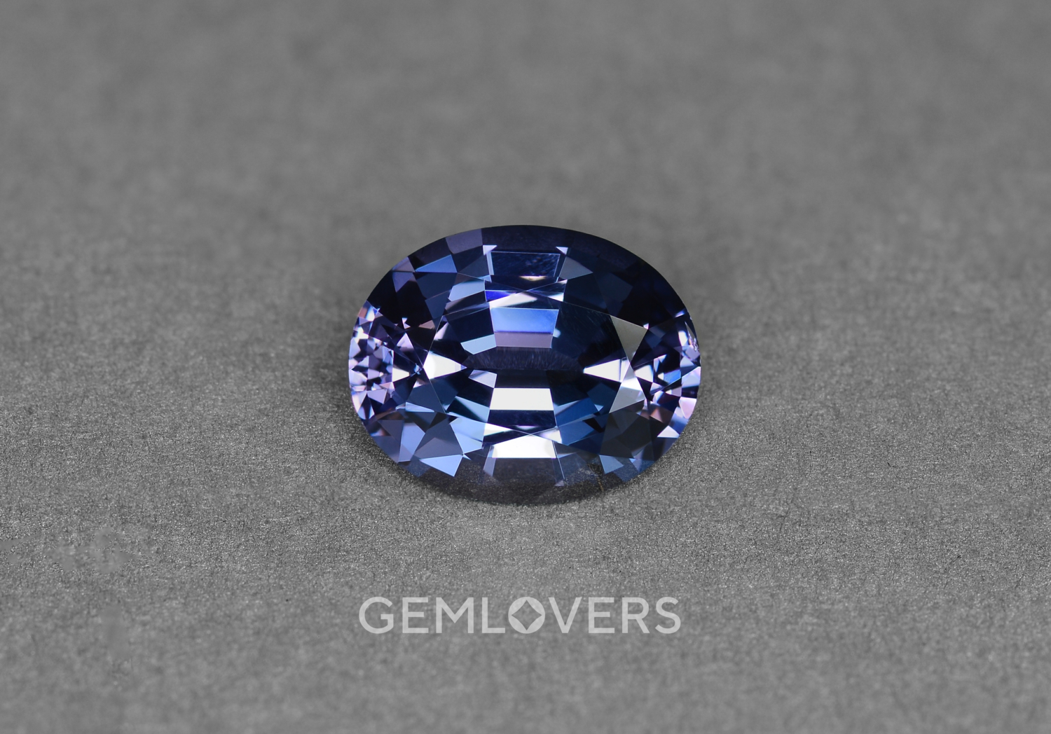 Color-changing spinel
