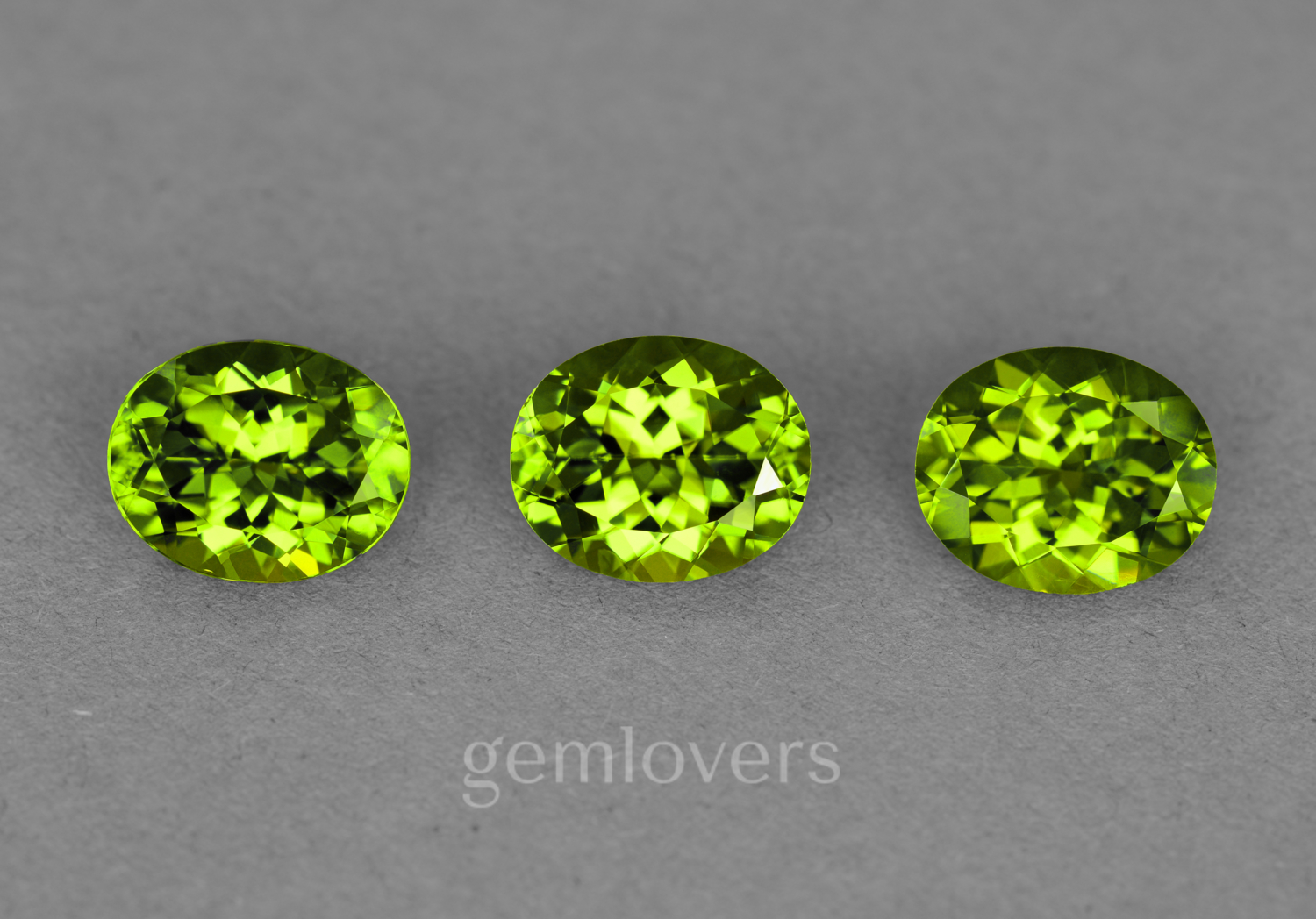 Set of oval green chrysolites