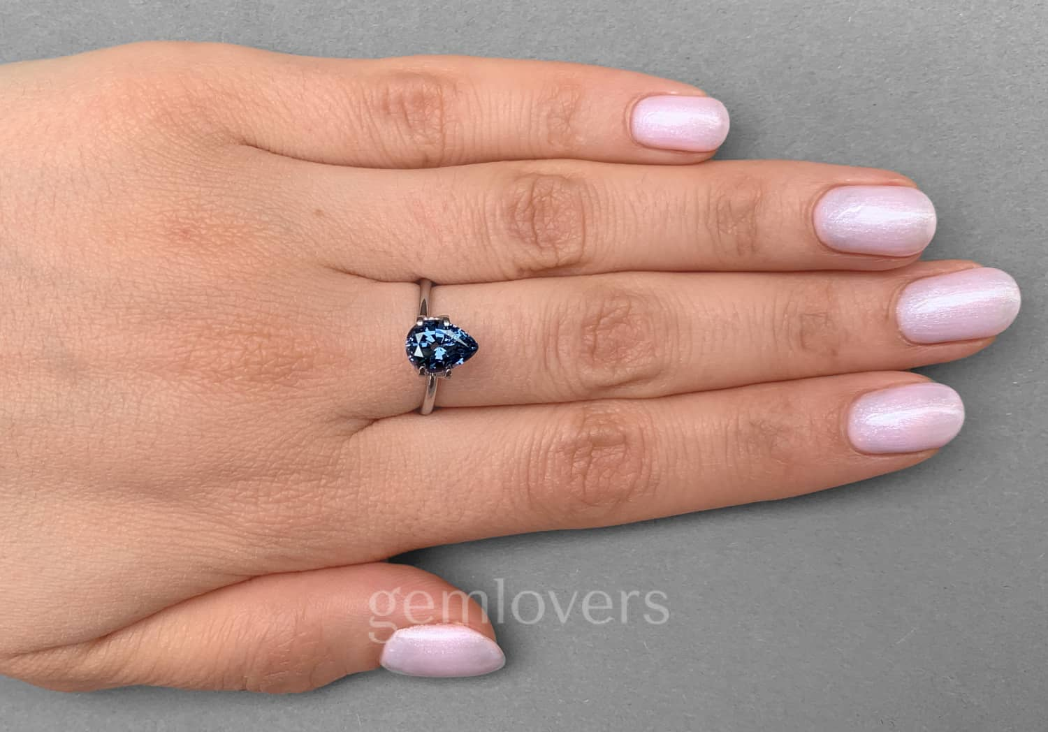 Blue spinel ring with color change